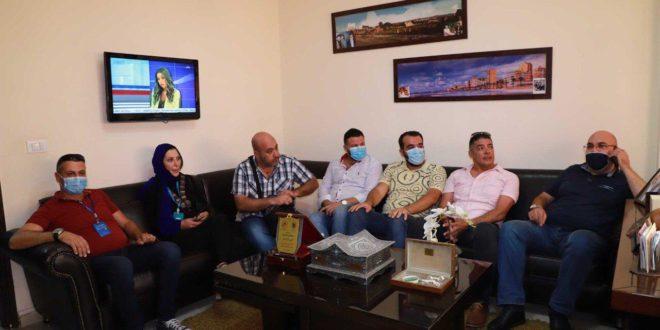 مدراء المواقع الالكترونية خلال زيارتهم التضامنية لمسؤول الاعلام في حركة امل لاقليم جبل عامل