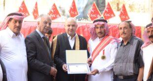 الشيخ سعد حمادة مكرماً الشيخ عامر الحجي بوسام العشائر الحمادية الخالدية